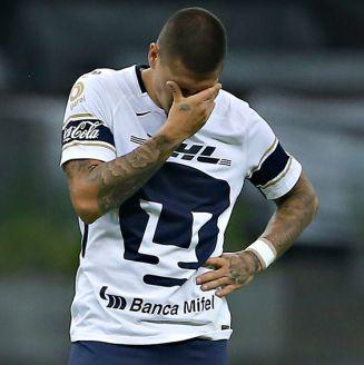 Nico Castillo se lamenta en un juego con Pumas