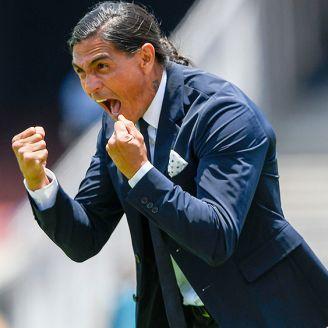 Palencia grita en el banquillo durante un juego de Pumas