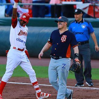 Ramírez celebra un hit en primera