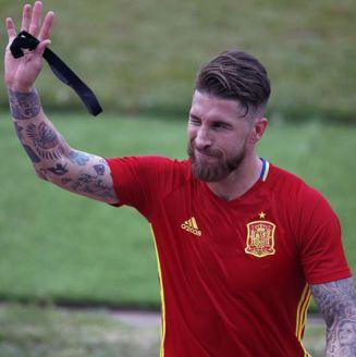 Ramos saluda durante un entrenamiento de España