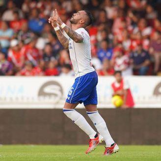 Julian Velázquez celebra un gol con Cruz Azul
