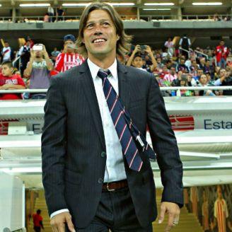 Almeyda sonríe durante partido de Chivas