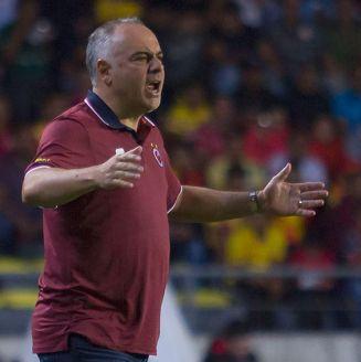 Guillermo Vázquez reclama una acción en un duelo de Veracruz