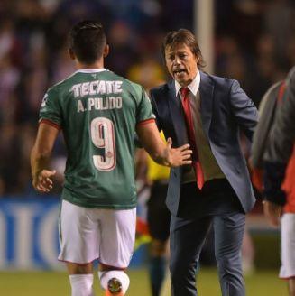 Almeyda le da la mano a Pulido en un juego de Chivas