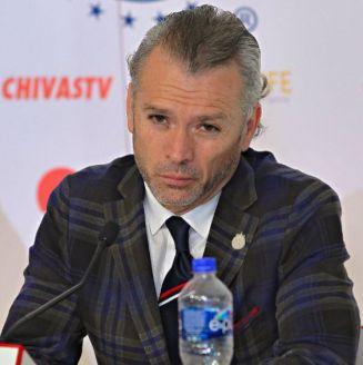 José Luis Higuera habla en conferencia de prensa en el Estadio Akron