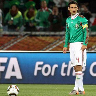 Rafa Márquez prepara un tiro libre en Sudáfrica 2010