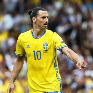 Zlatan Ibrahimovic disputa un juego con Suecia