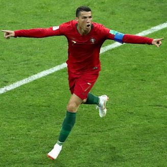 Cristiano Ronaldo celebra uno de sus goles contra España