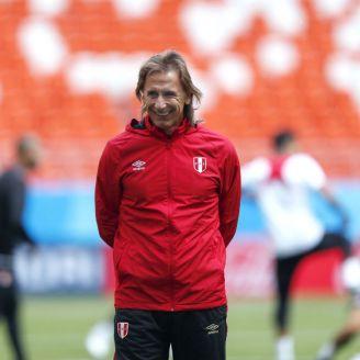 Ricardo Gareca sonríe en un entrenamiento de Perú