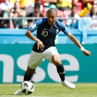 Mbappé disputa un esférico en su debut en Rusia 2018