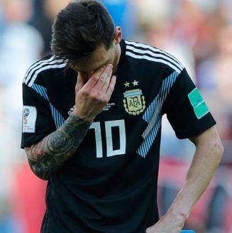 Messi se lamenta en el juego de Argentina