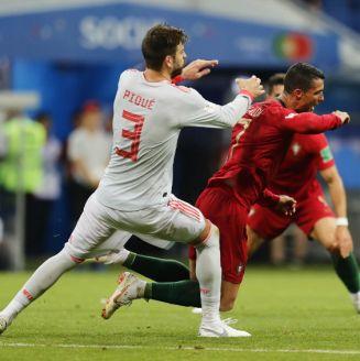 Gerard Piqué comete falta a Cristiano Ronaldo en debut del Mundial
