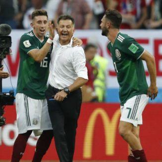 Juan Carlos Osorio festeja con Herrera y Layún tras vencer a Alemania