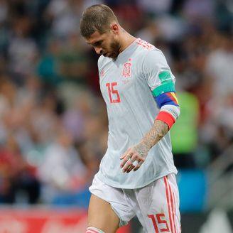 Sergio Ramos camina cabizbajo tras un gol de Portugal