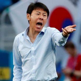 Shin Tae-Yong da indicaciones desde el banquillo