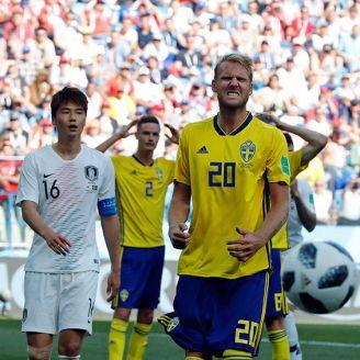 Jugadores de Suecia reclaman una acción en el duelo contra Corea