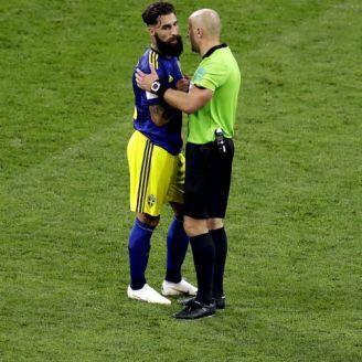 Jimmy Durmaz habla con el árbitro durante el duelo vs Alemania