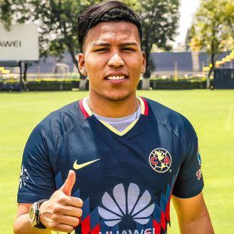 Martínez posa para la cámara con el jersey de las Águilas