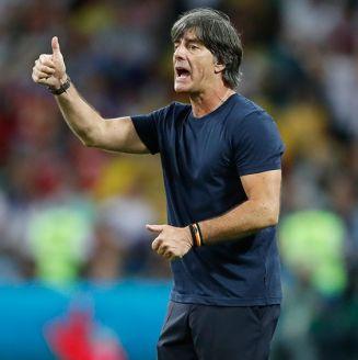 Joachim Löw da indicaciones en el juego de Alemania vs México