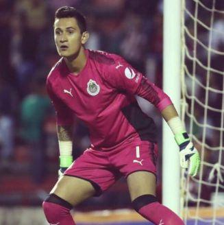 Raúl Gudiño defiende la portería de Chivas
