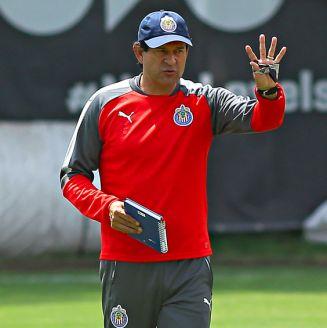 Cardozo, dirigiendo un entrenamiento de pretemporada con las Chivas