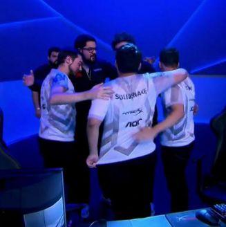 Los jugadores de Infinity festejan el triunfo sobre Rebirth Esports