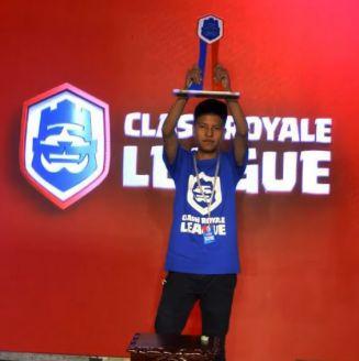 Johan levanta el trofeo de campeón del CR Combine México