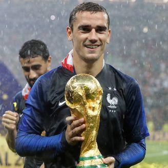 Griezmann sonríe sosteniendo la Copa del Mundo