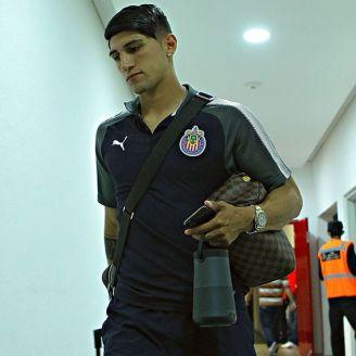 Alan Pulido llegando a los vestidores de Chivas