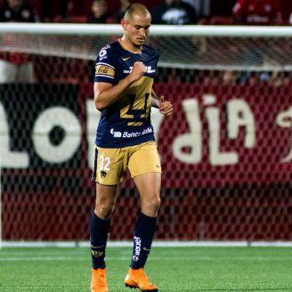 Carlos González festeja gol en pretemporada con Pumas