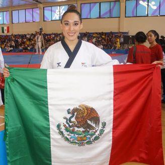 Daniela Rodríguez posa con la bandera de México