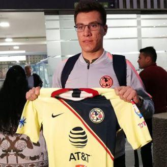Insaurralde posa con la playera del América en México