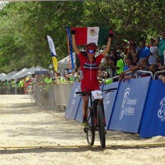 Daniela Campuzano llega a la meta con la bandera nacional