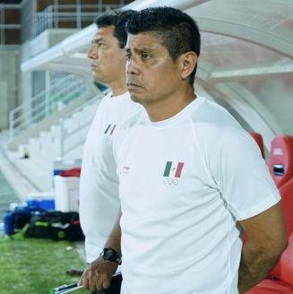 El Chima Ruiz, observando el partido de México contra Haití en Barranquilla 2018
