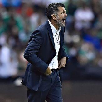 Osorio da indicaciones en un encuentro de la Selección Mexicana