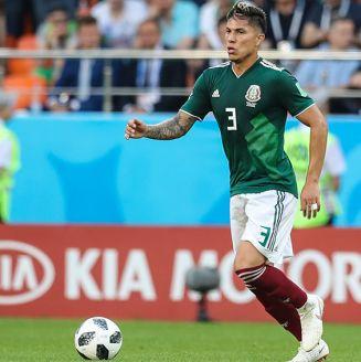 Carlos Salcedo conduce balón contra Brasil