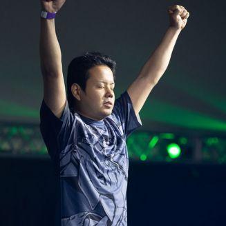 Omito levanta los brazos tras conquistar el título de Guilty Gear en EVO 2018