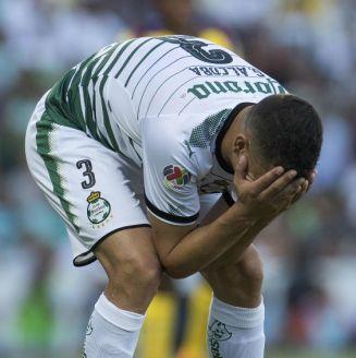 Gerardo Alcoba se lamenta en un partido de Santos