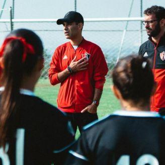 Rafa Márquez platica con jugadoras del Atlas