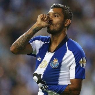 Tecatito festeja su gol en frente al Chaves