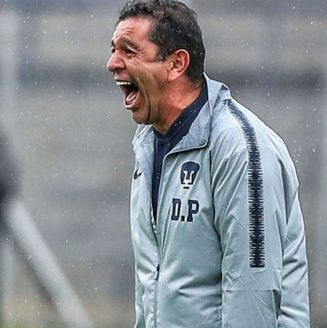 Patiño grita durante el partido frente a Pachuca