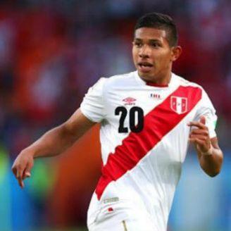 Edison Flores en un partido de Perú