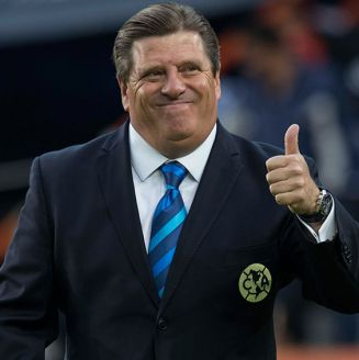 Miguel Herrera sonríe durante un partido del América