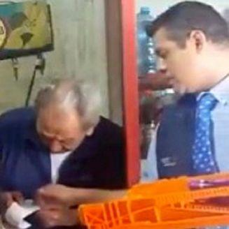 El empleado aprovechó un momento de distracción para robar productos