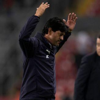 Cardozo reacciona durante el partido entre Chivas y Atlas