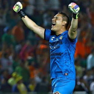 Moisés Muñoz celebra un gol con Jaguares