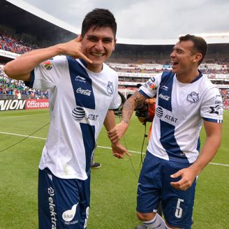 Jugadores del Puebla festejan el gol del triunfo ante Querétaro