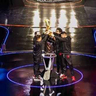 Los jugadores de Infinity levantan la copa tras ganar la Final Latinoamérica contra KLG