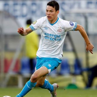 Lozano conduce balón en juego del PSV