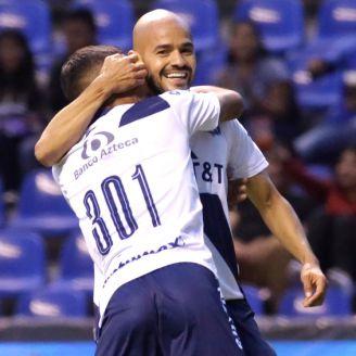 Acuña festeja con un compañero un gol